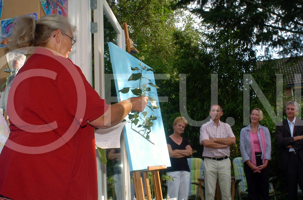 060914, dalfsen, ned,<br /> Opening kunstcentrum Klimop door wethouder Diny Laarman, Zij mocht een begin maken van een schilderij, Daarvoor vertelde zij haar betekenis van de klimop de plant,<br /> fotografie frank uijlenbroek&copy;2006 michiel van de velde