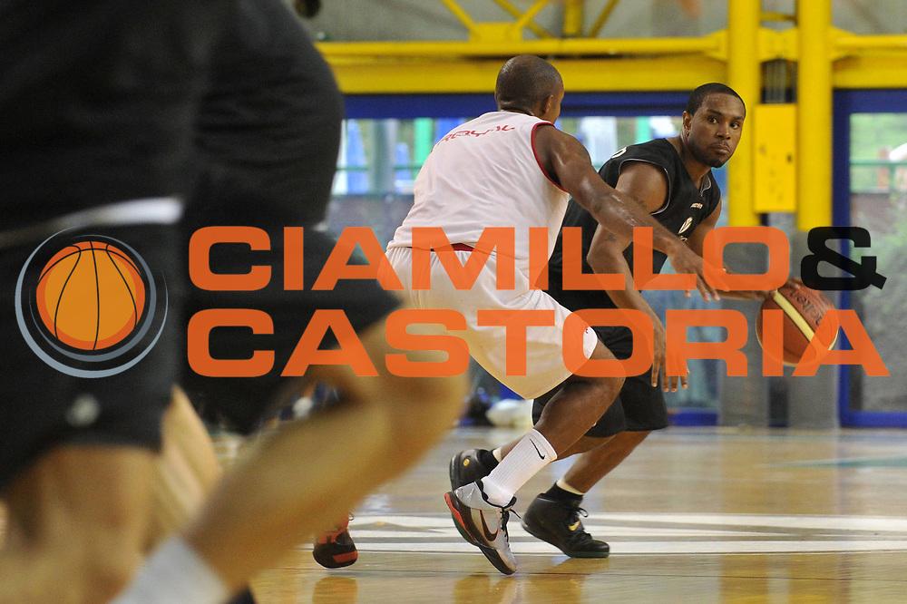 DESCRIZIONE : Bologna Lega A 2011-12 Virtus Bologna Scavolini Pesaro<br /> GIOCATORE : Terrell Mc Intyre<br /> CATEGORIA :  Palleggio<br /> SQUADRA :Virtus Bologna Scavolini Pesaro<br /> EVENTO : Campionato Lega A 2011-2012<br /> GARA : Virtus Bologna Scavolini Pesaro<br /> DATA : 03/09/2011<br /> SPORT : Pallacanestro<br /> AUTORE : Agenzia Ciamillo-Castoria/M.Gregolin<br /> Galleria : Lega Basket A 2011-2012<br /> Fotonotizia : Bologna Lega A 2011-12 Virtus Bologna Scavolini Pesaro<br /> Predefinita :