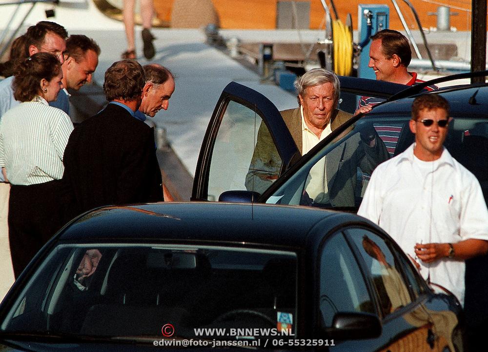 Aankomst Koninging Beatrix in haven Muiden met Groene Draeck, Prins Claus stapt in de auto