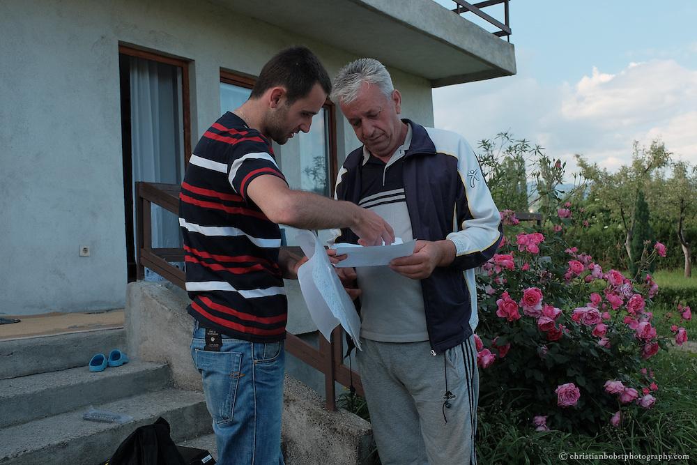 """Arlind Gashi, wohnt und arbeitet in Peja, hat Ausbildung bei """"Praktik"""" gemacht, das von Helvetas unterstützt wird. In diesem Bild auf Arbeitsvisite bei Naser Mehmetaj, einem Kunden der Internet-Firma Kutseja, wo Arlind dank seiner Weiterbildung einen festen Job gefunden hat."""