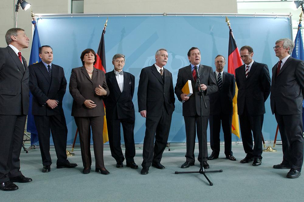 13 NOV 2002, BERLIN/GERMANY:<br /> Wolfgang Clement, SPD, Bundeswirtschaftsminister, Prof. Dr. Axel Weber, Mitgl. d. Sachverstaendigenrates, Ulla Schmidt, SPD, Bundesgesundheitsministerin, Prof. Dr. Horst Siebert, Mitgl. d. Sachverstaendigenrates, Prof. Dr. Wolfgang Wiegard, Vorsitzender d. Sachverstaendigenrates, Gerhard Schroeder, SPD, Bundeskanzler, Hans Eichel, SPD, Bundesfinanzminister, Prof. Dr. Bert Ruerup, Mitgl. d. Sachverstaendigenrates, Prof. Dr. Juergen Kromphardt, Mitgl. d. Sachverstaendigenrates, (v.L.n.R.), waehrend der Uebergabe des Jahresgutachtens 2002/2003 &quot;Zwanzig Punkte fuer Beschaeftigung und Wachstum&quot; vom Sachverstaendigenrat zur Begutachtung der gesamtwitschaftlichen Entwicklung an den Bundeskanzler, Bundeskanzleramt<br /> IMAGE: 20021113-02-010<br /> KEYWORDS: Sachverst&auml;ndigenrat, Gerhard Schr&ouml;der, Bert R&uuml;rup, &Uuml;bergabe, Wirtschaftswissenschaftler