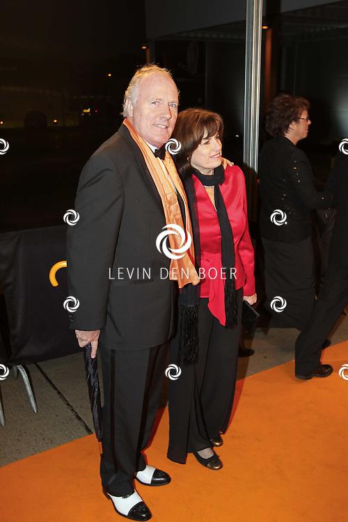 KATWIJK - Peter Tuinman en zijn vrouw zaterdag op de oranje loper van de galapremiere van Soldaat van Oranje - de Musical in de Theater Hangaar op de oude vliegbasis Valkenburg bij Katwijk. FOTO LEVIN DEN BOER - PERSFOTO.NU