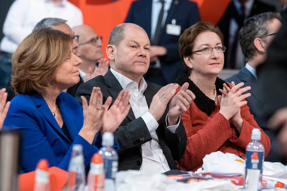 06 DEC 2019, BERLIN/GERMANY:<br /> Maliu Dreyer (L), SPD, Ministerpraesidentin Rheinland-Pfalz und komm. Parteivorsitzende, Olaf Scholz (M), SPD, Bundesfinanzminister, und Klara Geywitz, SPD, SPD Bundesprateitag, CityCube<br /> IMAGE: 20191206-01-017<br /> KEYWORDS: Party Congress, Parteitag, klatschen, applaudieren, Applaus