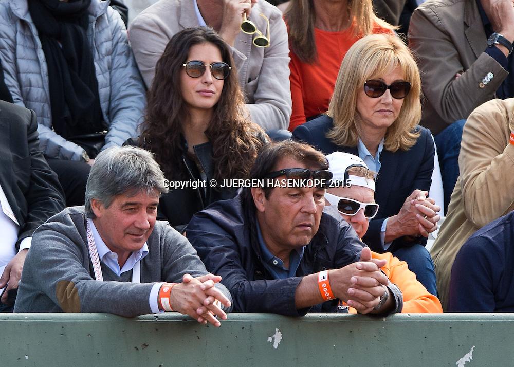 Rafael Nadal Team in der Spieler Loge, vorne Vater Sebastian, dahinter Freundin Maria Francisca 'Xisca' Perello und ganz rechts Mutter Annamaria,<br /> <br /> Tennis - French Open 2015 - Grand Slam ITF / ATP / WTA -  Roland Garros - Paris -  - France  - 1 June 2015.