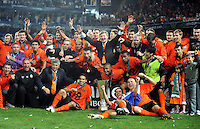 FUSSBALL     UEFA CUP  FINALE  SAISON 2008/2009 Shakhtar Donetsk - SV Werder Bremen 20.05.2009 Die Mannschaft von Shakhtar Donetsk jubelt mit dem UEFA Pokal; Mircea Lucescu  (1.Reihe dritter von links) Jadson (rechts daneben), Darijo Srna (rechts neben Pokal)