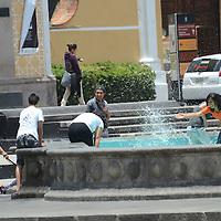 Toluca, Méx.- Jóvenes de la capital mexiquense, aprovechan el agua de la fuente de la plaza Ángel María Garibay, para refrescarse un poco de las altas temperaturas. Agencia MVT / José Hernández