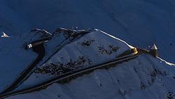 THEMENBILD - Blick auf das Fuschertörl bei Sonnenuntergang auf der Grossglockner Hochalpenstrasse. Sie verbindet die beiden Bundeslaender Salzburg und Kaernten mit einer Laenge von 48 Kilometer und ist als Erlebnisstrasse vorrangig von touristischer Bedeutung, aufgenommen am 26. Oktober 2015, Bruck a.d. Glocknerstrasse, Oesterreich // View of the Fuschertörl at sunset. The Grossglockner High Alpine Road connects the two provinces of Salzburg and Carinthia with a length of 48 km and is as an adventure road priority of tourist interest at Bruck a.d. Glocknerstrasse, Austria on 2015/10/26. EXPA Pictures © 2015, PhotoCredit: EXPA/ JFK