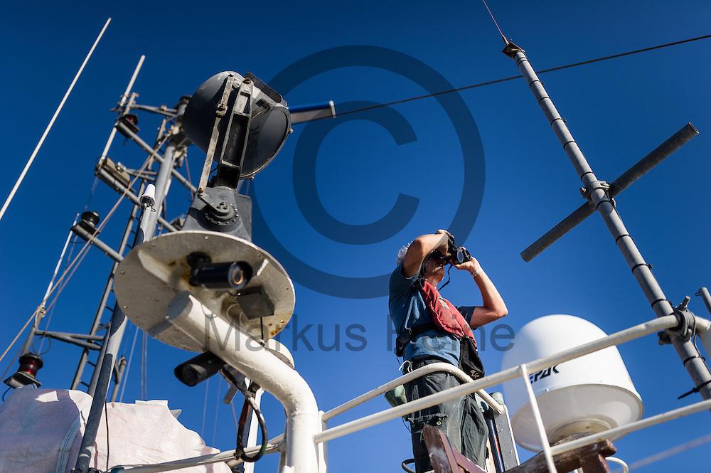 Der Bordarzt Frank Doerner haelt am 22.09.2016 auf dem Fluechtlingsrettungsboot Sea-Watch 2 in internationalen Gewaessern vor der libyschen Kueste Ausschau nach Booten mit Fluechtlingen die von der ibyschen Kueste starten. Foto: Markus Heine / heineimaging<br /> <br /> ------------------------------<br /> <br /> Veroeffentlichung nur mit Fotografennennung, sowie gegen Honorar und Belegexemplar.<br /> <br /> Publication only with photographers nomination and against payment and specimen copy.<br /> <br /> Bankverbindung:<br /> IBAN: DE65660908000004437497<br /> BIC CODE: GENODE61BBB<br /> Badische Beamten Bank Karlsruhe<br /> <br /> USt-IdNr: DE291853306<br /> <br /> Please note:<br /> All rights reserved! Don't publish without copyright!<br /> <br /> Stand: 09.2016<br /> <br /> ------------------------------