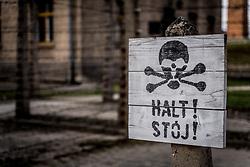 """THEMENBILD - Das Stammlager Auschwitz I gehörte neben dem Vernichtungslager KZ Auschwitz II–Birkenau und dem KZ Auschwitz III–Monowitz zum Lagerkomplex Auschwitz und war eines der größten deutschen Konzentrationslager. Es befand sich zwischen Mai 1940 und Januar 1945 nach der Besetzung Polens im annektierten polnischen Gebiet des nun deutsch benannten Landkreises Bielitz am südwestlichen Rand der ebenfalls umbenannten Kleinstadt Auschwitz (polnisch Oświęcim). Teile des Lagers sind heute staatliches polnisches Museum bzw. Gedenkstätte. Im Bild ein Schild auf dem """"Halt!"""" geschrieben steht, aufgenommen am 11.04.2018, Oswiecim, Polen // Auschwitz concentration camp was a network of concentration and extermination camps built and operated by Nazi Germany in occupied Poland during World War II. It consisted of Auschwitz I (the original concentration camp), Auschwitz II–Birkenau (a combination concentration/extermination camp), Auschwitz III–Monowitz (a labor camp to staff an IG Farben factory), and 45 satellite camps. Concentration camp Auschwitz I, Oswiecim, Poland on 2018/04/11. EXPA Pictures © 2018, PhotoCredit: EXPA/ Florian Schroetter"""