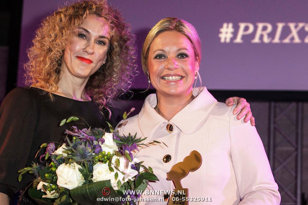 NLD/Amsterdam/20150119 - De Marie Claire Prix de la Mode awards, Claudia Straatmans en  Jeanine Hennis-Plasschaert met de Prix de la Mode Smart & Amazing Award van 2015