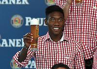 Fussball 1. Bundesliga 2014/2015 Fotoshooting FC Bayern Muenchen in Lederhosen fuer Paulaner      31.08.2014 David Alaba mit Weissbier