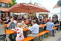 Mannheim. 15.07.17 | Neue Kerwe In Wallstadt<br /> Wallstadt. Marktplatz am Rathaus. Die Neue Kerwe. Mit buntem Programm. Er&ouml;ffnung am Samstag Mittag.<br /> &bdquo;Die Neue Kerwe&ldquo; &ndash; Stadtteilfest&ldquo; steht unter dem Motto:<br /> &bdquo;Gege Hunger un Doascht helfe Bier und Woascht&ldquo;.<br /> <br /> BILD- ID 0107 |<br /> Bild: Markus Prosswitz 15JUL17 / masterpress (Bild ist honorarpflichtig - No Model Release!)