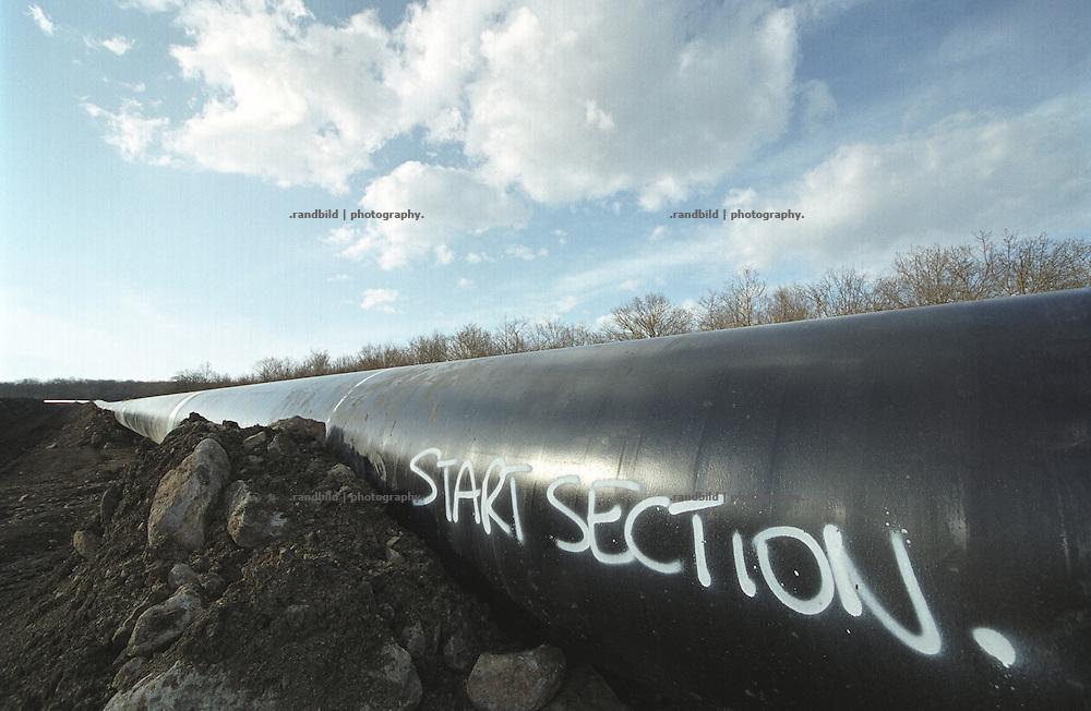 Die schwarz ummantelte Stahlroehre der neuen BTC Pipeline in Georgien...BTC pipeline contruction site in georgia.
