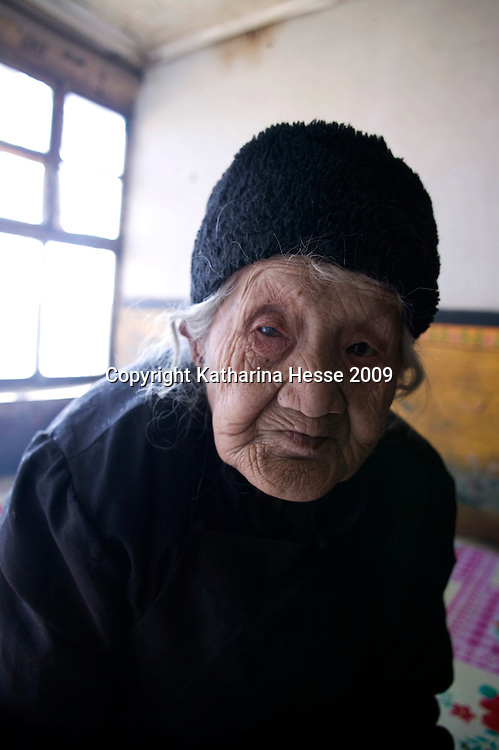 NORTHERN HEBEI PROVINCE, JANUARY 26, 2009:<br /> Mr Lu's grandmother . <br /> Lu went to Beijing 8 years ago as he couldn't find a job in China's countryside.<br /> He was employed in a textile factory that went banctrupt last October. Lu and his 63 colleagues were still owed payment for 4 months, but their boss refused to pay them. They didn't know the law, nor did any of them have a contract.  <br /> At the end of January, Lu and his co-workers went to see the bosses' mother to negociate, then the union and in the end the government. They were threatened with jail . At the end of the day , a man from the union came by ( on behalf of the government )and all but an underaged worker received their due salaries.<br /> Now Lu is unemployed like 20 milion other migrant workers in China who have been laid off as a result of the financial crisis.<br /> <br /> <br /> China's Communist Party  which will celebrate its 60th anniversary in October, currently faces its biggest challenge since the beginning of the economic reforms 30 years ago  : &quot; The phase of  rapid economic growth is over. For the first time the government is threatened with a  mistrust of a wide section of the population&quot;, warns the Communist party's Shang Dewen in Beijing.   <br /> Not only the China's poorest worry about the furture, but as well China's middle class is concerned about the crisis.     1,5 Millionen university graduates didn't find a job until the end of 2008  and this summer there'll be an additional  6,1 Million new graduates. More than 12 percent of university graduates face unemployment in 2009.