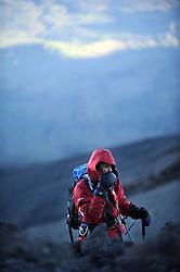 14-10-2008 REPORTAGE: BEKLIMMING MOUNT MERU: TANZANIA<br /> De eerste top Mount Meru is genomen / Laura Butselaar<br /> ©2008-WWW.FOTOHOOGENDOORN.NL