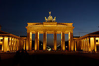 22 APR 2003, BERLIN/GERMANY:<br /> Brandenburger Tor, abends, beleuchtet nach Sonnenuntergang<br /> IMAGE: 20030422-02-019<br /> KEYWORDS: Nachtaufnahme, Abend, Nacht