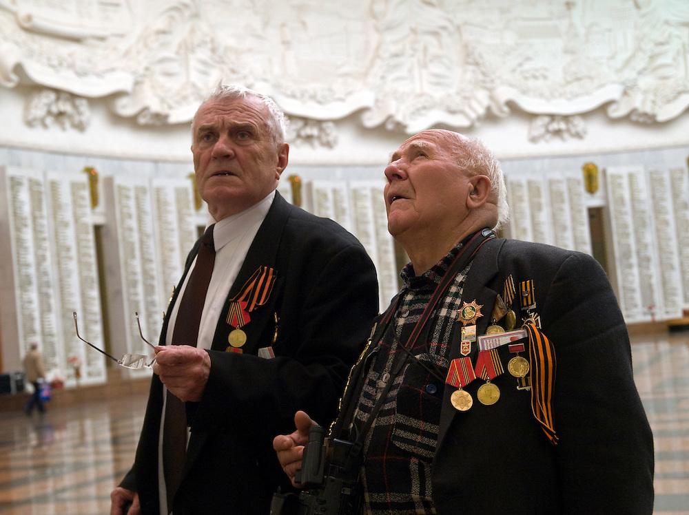 Der 85 j&auml;hrige ukrainische 2. Weltkriegs Veteran Ivan Dmitrievich Dunayev (rechts) mit einem befreundeten Vetranen in der Ruhmeshalle im Museum des Gro&szlig;en Vaterl&auml;ndischen Krieges in Moskau auf der Suche nach den Namen Ihrer im 2. Weltkrieg gefallenen Kameraden. Dunayev erreichte Berlin kurz vor der deutschen Kapitulation am 2. Mai 1945. Die beiden Veteranen sind zur Siegesparade (9.Mai 2008) nach Moskau angereist.<br /> <br /> The 85 years old Ukrainian WW II veteran Ivan Dmitrievich Dunayev (rechts) with a friend looking for the names of their comrades fallen during the second World War at the pantheon in the Museum of the Great Patriotic War in Moscow. Dunayev arrived at the 2nd of May 1945 to Berlin - a few days before Germany surrendered. Both WW II veterans travelled for the Victory Parade (09.05.2008) to Moscow.