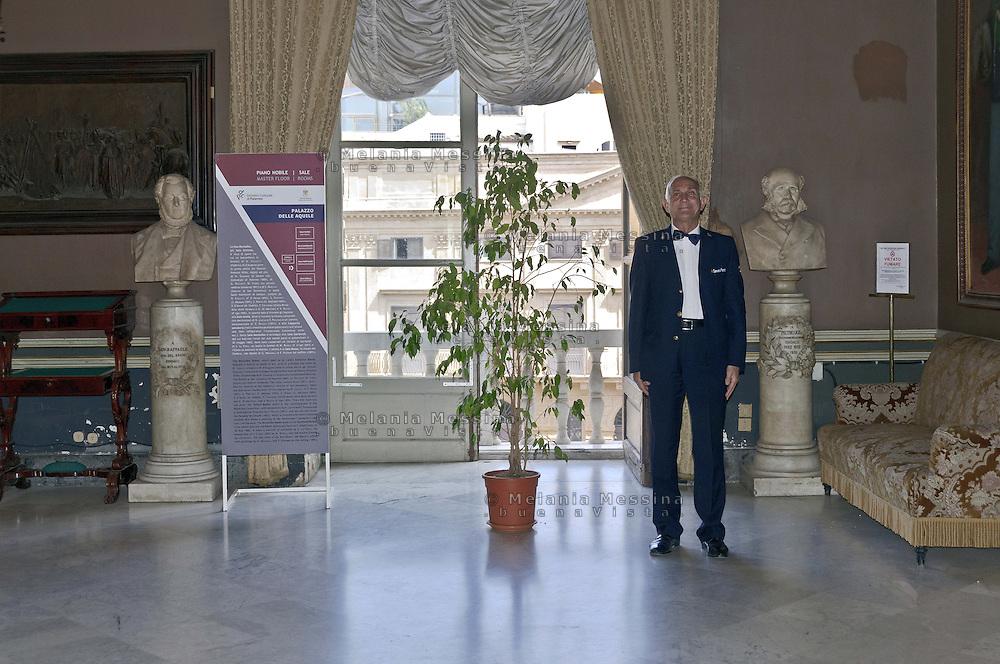 Palermo: Palace of the Eagles, council offices, usher of the town hall..Palermo: Palazzo delle Aquile, sede dell'amministrazione comunale, usciere del comune.