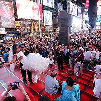 coppia si sposi in Times Square, la più famosa, luminosa e caotica piazza di New York.