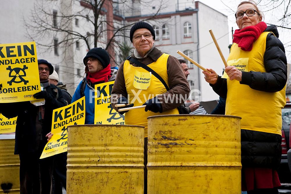 Die Umweltminister von Bund und L&auml;ndern beraten erneut in Berlin &uuml;ber einen m&ouml;glichen Endlagerstandort. Gegen den Salzstock in Gorleben demonstrieren lautstark B&uuml;rger und Vertreter von Initiativen. Zahlreiche Pressevertreter sind vor Ort, die Politiker haben f&uuml;r die Einladung zum Gespr&auml;ch allerdings keine Zeit. <br /> <br /> Ort: Berlin<br /> Copyright: Christina Palitzsch<br /> Quelle: PubliXviewinG