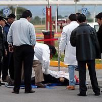 Toluca, Méx.- Un cuentahabiente de nombre Lucio Alvarado Lopez de 49 años de edad murio cuando tres sujetos armados intentaron asaltar una camioneta de valores y a la sucursal de Banorte en el centro comercial de los Sauces quedando en el fuego cruzado con policias, peritos de la procuraduria investigan mientras que en el piso quedaron mas de 40 cartuchos percutidos. Agencia MVT / Mario Vazquez de la Torre. (DIGITAL)<br /> <br /> NO ARCHIVAR - NO ARCHIVE