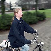 NLD/Heiligelandstichting/19941224 - Posten bij ouderlijk huis familie Emily Bremers, nieuwe partner Willem - Alexander, zusje