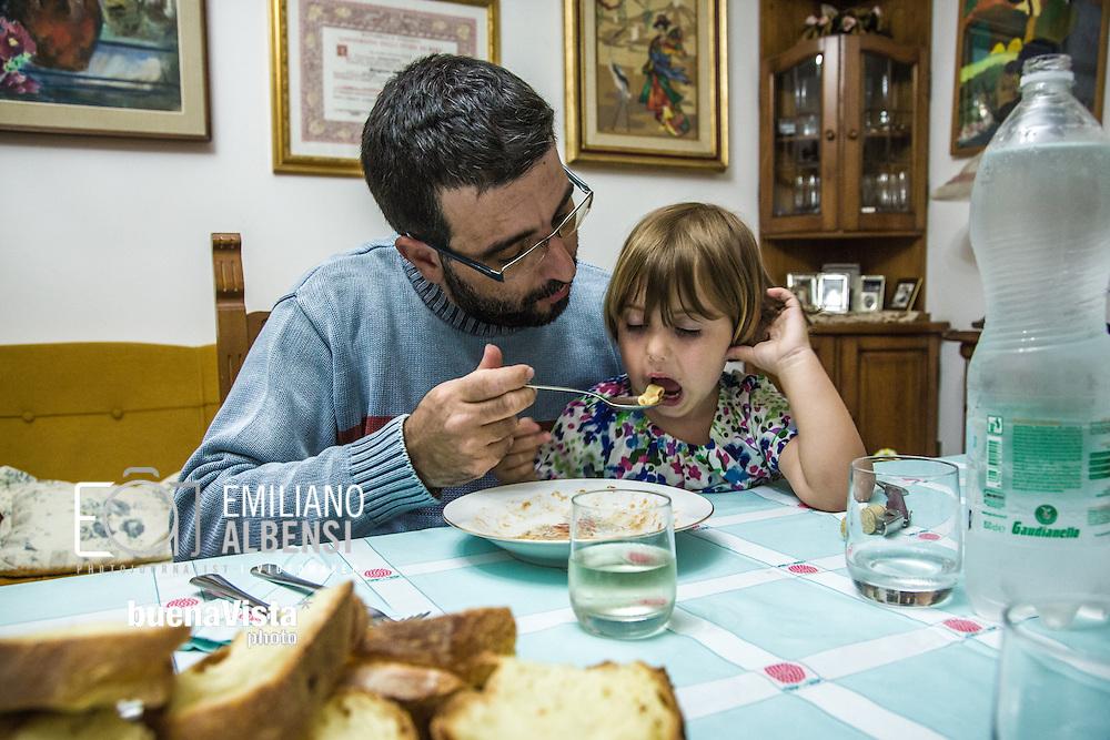 Emiliano Albensi<br /> 29/06/2013 Scanzano Jonico (MT)<br /> Nella foto: Pasquale Stigliani, 37 anni,  si rilassa in compagnia della nipotina