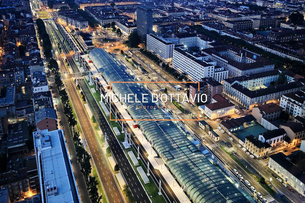 Stazione ferroviaria di Porta Susa lungo il viale della Spina Centrale di Torino <br /> Vista panoramica dal grattacielo di Intesa Sanpaolo.<br /> Torino 5 luglio 2016