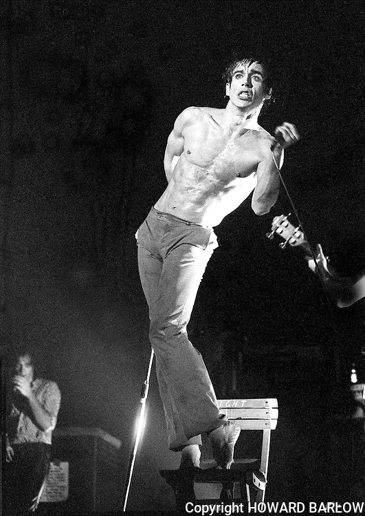 PICTURE BY HOWARD BARLOW..ARTIST - IGGY POP.VENUE   - MANCHESTER Apollo.DATE    - SEPT 1977
