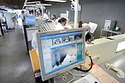 Nederland, Nijmegen, 16-10-2013De behandelunits van de praktikum zalen van de faculteit tandheelkunde kunnen direct patientengegevens, rontgenfoto's, raadplegen. studenten, studeren, digitalisatie, digitaal, tandartsen opleiding.Foto: Flip Franssen/Hollandse Hoogte