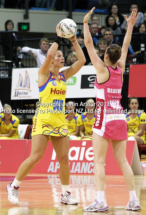 Pulse's Katarina Cooper looks at her options as Thunderbirds' Renae Hallinan looks to defend during the ANZ Netball Championship, Haier Pulse v Adelaide Thunderbirds at TSB Bank Arena, Wellington, New Zealand on Monday 21 May 2012. Photo: Justin Arthur / photosport.co.nz