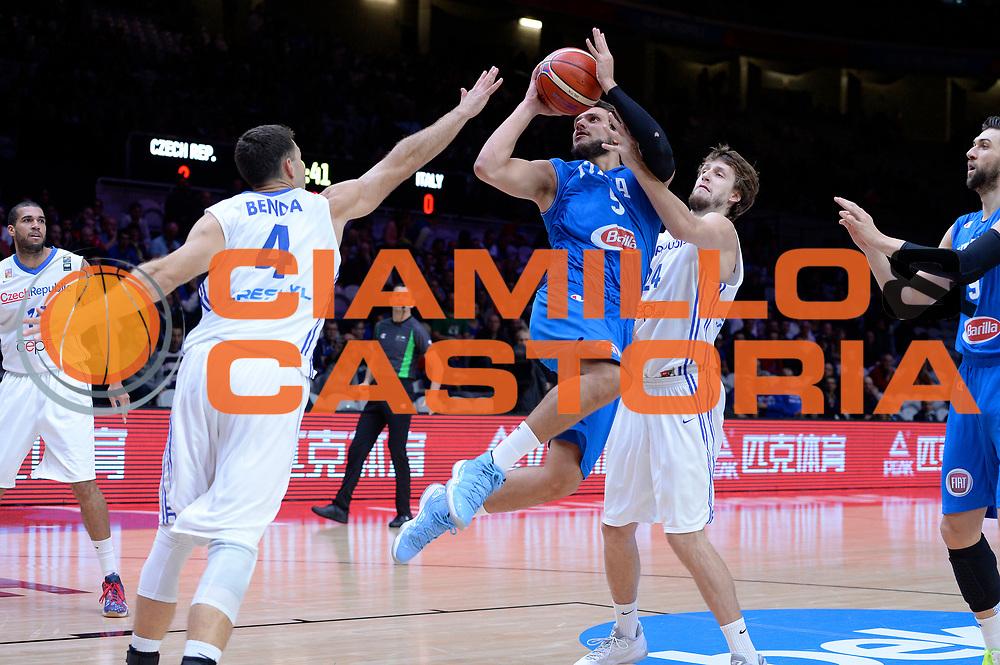 DESCRIZIONE : Lille Eurobasket 2015 Qualificazioni 5-8 posto Qualification 5-8 Game Italia Repubblica Ceca Italy Czech Republic<br /> GIOCATORE : Alessandro Gentile<br /> CATEGORIA : tiro penetrazione fallo sequenza<br /> SQUADRA : Italia Italy<br /> EVENTO : Eurobasket 2015 <br /> GARA : Italia Repubblica Ceca Italy Czech Republic<br /> DATA : 17/09/2015 <br /> SPORT : Pallacanestro <br /> AUTORE : Agenzia Ciamillo-Castoria/Max.Ceretti<br /> Galleria : Eurobasket 2015 <br /> Fotonotizia : Qualificazioni 5-8 posto Qualification 5-8 Game Italia Repubblica Ceca Italy Czech Republic