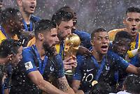 FUSSBALL  WM 2018  FINALE  ------- Frankreich - Kroatien    15.07.2018 fra09, Torwart Hugo Lloris und Kylian Mbappe (v.l., alle Frankreich) jubeln mit dem WM Pokal