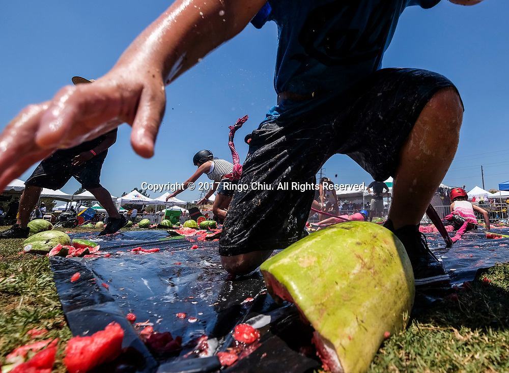 新华社照片,洛杉矶,2017年7月30日<br />     (国际)(1)第五十五届加州西瓜节<br />     7月29日,小孩子们参与西瓜游戏。<br />     在美国洛杉矶,大批民众出席了&quot;第五十五届加州西瓜节&quot;。<br />     新华社发(赵汉荣摄)<br /> Children play the watermelon games at the 55th Annual California Watermelon Festival in Los Angeles, the United States, Saturday, July 29, 2017. (Xinhua/Zhao Hanrong)