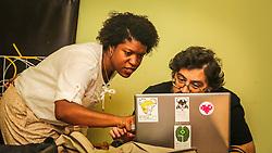 PORTO ALEGRE, RS, BRASIL, 21-01-2017, 12h23'39&quot;:  Desiree dos Santos, 32, discute um projeto com o f&iacute;sico e programador Vlademir PIana de Castro, 53, no espa&ccedil;o Matehackers Hackerspace, da Associa&ccedil;&atilde;o Cultural Vila Flores, no bairro Floresta da capital ga&uacute;cha. A  Consultora de Desenvolvimento de Software na empresa ThoughtWorks fala sobre as dificuldades enfrentadas por mulheres negras no mercado de trabalho.<br /> (Foto: Gustavo Roth / Ag&ecirc;ncia Preview) &copy; 21JAN17 Ag&ecirc;ncia Preview - Banco de Imagens