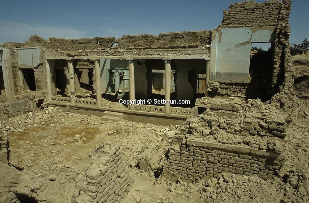 Afghanistan. Helmand province. The  region  of Kandahar seems  to have been  wrecked by  an  earthquake.   Few villages have  escaped Soviet bombardment.  /    La région de Kandahar offre un paysage de tremblement de terre. Peu de villages ont échappe aux bombardements soviétiques.  Kandahar region  Afghanistan