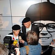 NLD/Hilversum/20070614 - Opening expositie Simplistisch Verbond, Van Kooten en De Bie: En wel hierom!, geven interviews onder grote mediabelangstelling