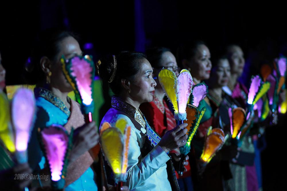 La 35 ieme &eacute;dition du gala de l'association Luang Prabang renouvelle une mise en sc&egrave;ne in&eacute;dite avec de nouvelles couleurs et un nouveau ton : celui du pr&eacute;sident Phiraphanh Phounsavath.<br /> <br /> Le comit&eacute; &agrave; la lueur des torches de Luang Prabang se pr&eacute;sentent au public.