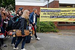"""Vor Beginn des """"Bürgerdialogs Standortsuche""""der """"Kommission Lagerung hoch radioaktiver  Abfallstoffe"""" haben die Bürgerinitiative Lüchow-Dannenberg und die Anti-Atom-Organisation .ausgestrahlt protestiert und auf das deutsche Atommüll-Desaster aufmerksam gemacht. Hier erreichen Schüler/-innen des Gymnasiums Lüchow, die von der Kommission eingeladen wurden, den Tagungsort. <br /> <br /> Ort: Berlin<br /> Copyright: Andreas Conradt<br /> Quelle: PubliXviewinG"""