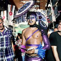 "Nederland, Amsterdam , 5 augustus 2011..Een uitgedoste ""gay"" flyert in de Reguliersdwarsstraat..Foto:Jean-Pierre Jans"