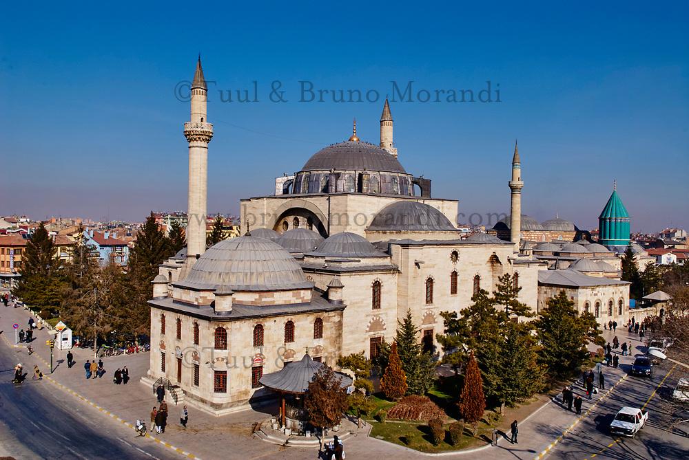 Turquie. Anatolie Centrale. Ville de Konya. Tombe de Mevlana. Le grand maitre soufi Djalal ed-Din Rumi ou Djalal-e-Din Mohammad Molavi Rumi ou Djalaleddine Roumi (1207-1273), fondateur de l'ordre des derviches tourneurs est connu sous le nom de Mevlana. Il est enterré à Konya. // Turkey. Central Anatolia. City of Konya. Mevlana tomb. The sufi master Djalal ed-Din Rumi ou Djalal-e-Din Mohammad Molavi Rumi ou Djalaleddine Roumi (1207-1273), founded of whirling dervishes order is knows with the name of Mavlana. Is bury in Konya.