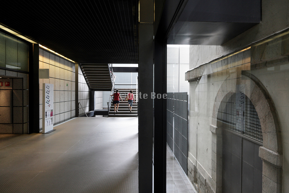 hallway connecting the old and the new buildings at Museo centro de arte Reina Sofia