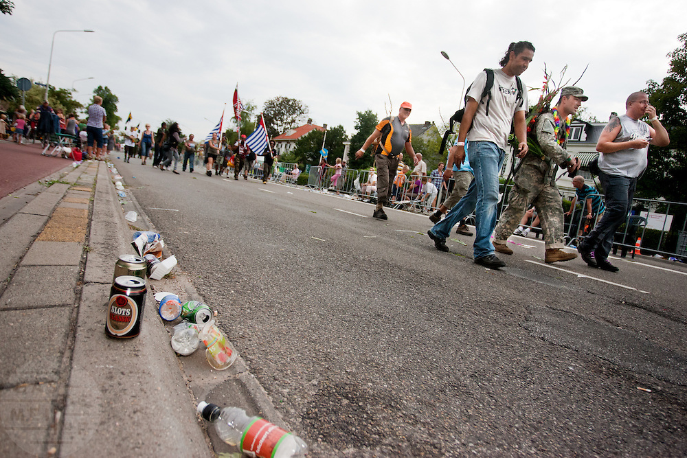 Wandelaars van de Nijmeegse Vierdaagse lopen op de laatste dag over de Via Galdiola, zoals de Sint Annastraat is omgedoopt tijdens het wandelevenement.