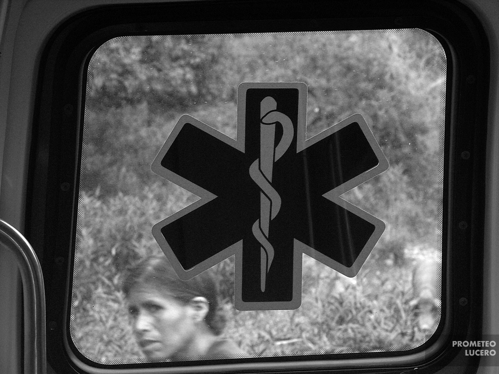 Maurilia´s mother looks at the window of the ambulance. Although her efforts, she didn´t find help in due time.  (Prometeo Lucero)