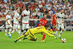 04.08.2015, Allianz Arena, Muenchen, GER, AUDI CUP, FC Bayern Muenchen vs AC Mailand, im Bild Torwart Diego Lopez (AC Mailand) klaert vor Juan Bernat (FC Bayern Muenchen) // during the 2015 AUDI Cup Match between FC Bayern Muenchen and AC Mailand at the Allianz Arena in Muenchen, Germany on 2015/08/04. EXPA Pictures © 2015, PhotoCredit: EXPA/ Eibner-Pressefoto/ Stuetzle<br /> <br /> *****ATTENTION - OUT of GER*****