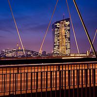 DEU , DEUTSCHLAND : Die Europaeische Zentralbank ( EZB ) vor dem Bankenviertel in Frankfurt / Mainhattan , 08.02.2018<br />  |DEU , GERMANY : The European Central Bank ( ECB ) and the Financial District in Frankfurt , 08.02.2018|<br />  Copyright by Rainer UNKEL , Tel.: 01715457756