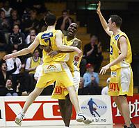 Basketball, 15. mars 2002, Rykinnhallen. Asker Aliens - Kongsberg Penguins. Amir Alagic, Cory Jenkins og Marcus Löfstedt, Asker, jubler.