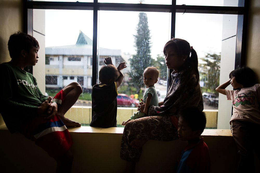 MARAWI, PHILIPPINES - JUNE 5: Displaced muslim family look in a window in a temporary evacuation center in Provincial Capitol Complex while government troops are trying to recover other families who are left behind in the outskirts of Marawi City in southern Philippines, June 5, 2017. (Photo: Richard Atrero de Guzman/NUR Photo)
