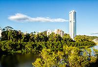 Rio Itajaí e edifícios ao fundo. Blumenau, Santa Catarina, Brasil. / Itajai River and buildings in the background. Blumenau, Santa Catarina, Brazil.