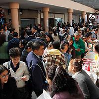 Toluca, México.- Hombres y mujeres acudieron en busca de una oportunidad de trabajo en la Feria de Empleo para madres solteras, adultos mayores y discapacitados.  Agencia MVT / Crisanta Espinosa
